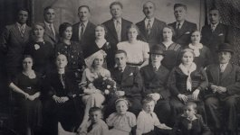 Black and white portrait of Miriam Korber's extended family, circa 1935.