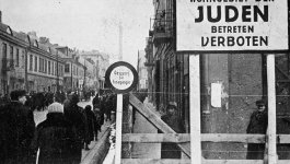 Image inside the Lodz ghetto with sign in German.