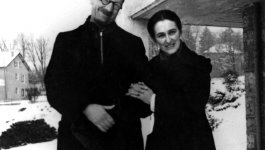 André and Magda Trocmé pose outside on a snowy day.